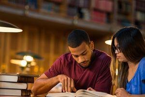 Estudiantes universitarios leyendo en una biblioteca