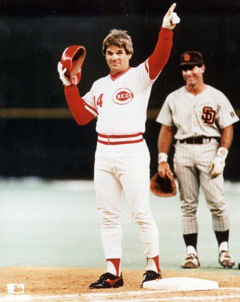 Pete Rose en el memorable momento de romper el record de 4.193 hits el 11 de septiembre de 1985