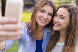 Madre y hija tomando selfie