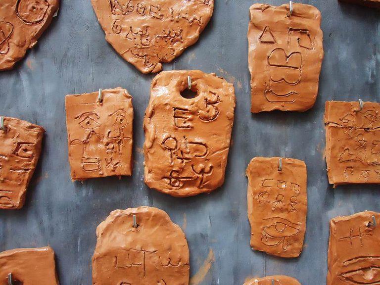 tabletas de arcilla con jeroglíficos