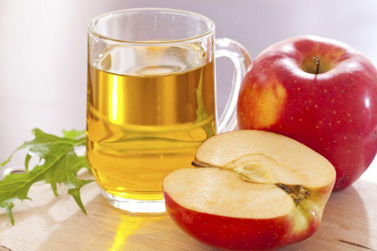 Manzanas con una taza de vinagre