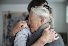 Madre y hija adulta abrazándose