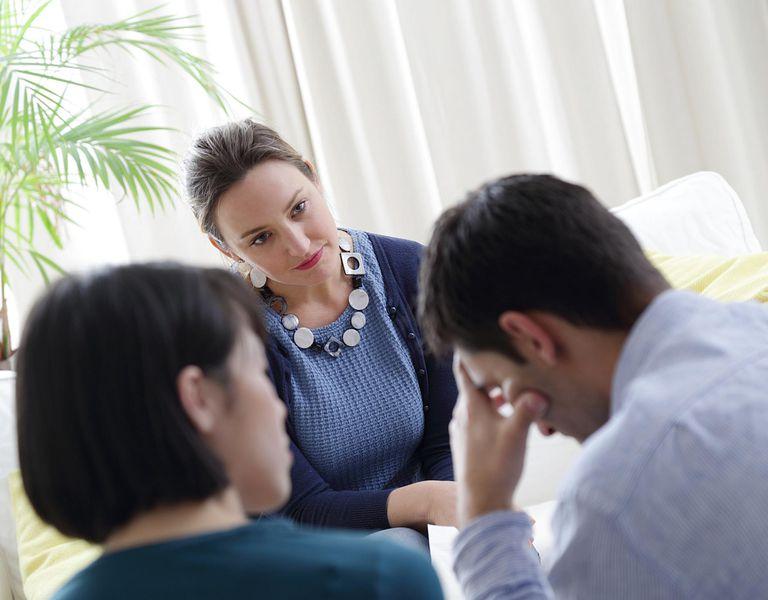 Terapista ayudado a familia