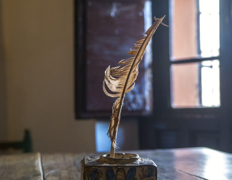 Una pluma de ave en un tintero. La escena pretende recuperar la esencia de la escritura tradicional, la de los grandes poetas barrocos. La foto fue tomada en una casa antigua en un pueblo de La Mancha, en la provincia de Ciudad Real, España.
