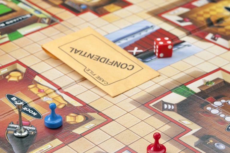 Tablero de Clue con piezas de juego