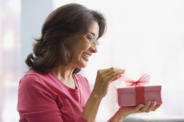 Mamá latina abriendo un regalo