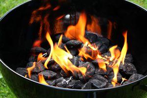 Carbón encendido en una parrilla