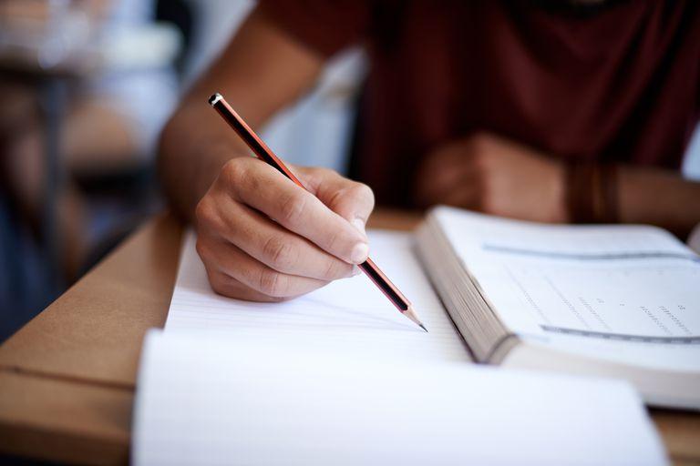 Joven tomando un examen