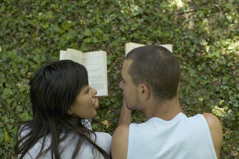 Pareja de lado a lado leyendo libros