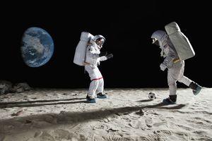 Astronautas jugando fútbol en la luna