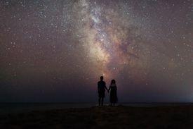 pareja debajo las estrellas
