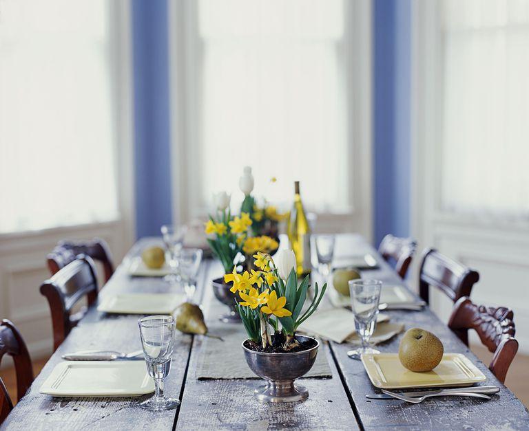 Mesa decorada para celebrar la primavera