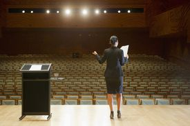 Practicando discurso en el auditorio vacío