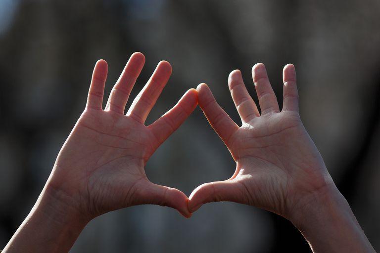 Colocar las manos imitando la forma de una vagina, símbolo de los derechos sexuales y reproductivos de la mujer