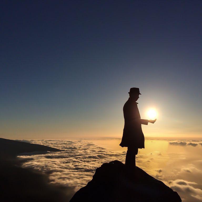 Hombre con el Sol en la mano