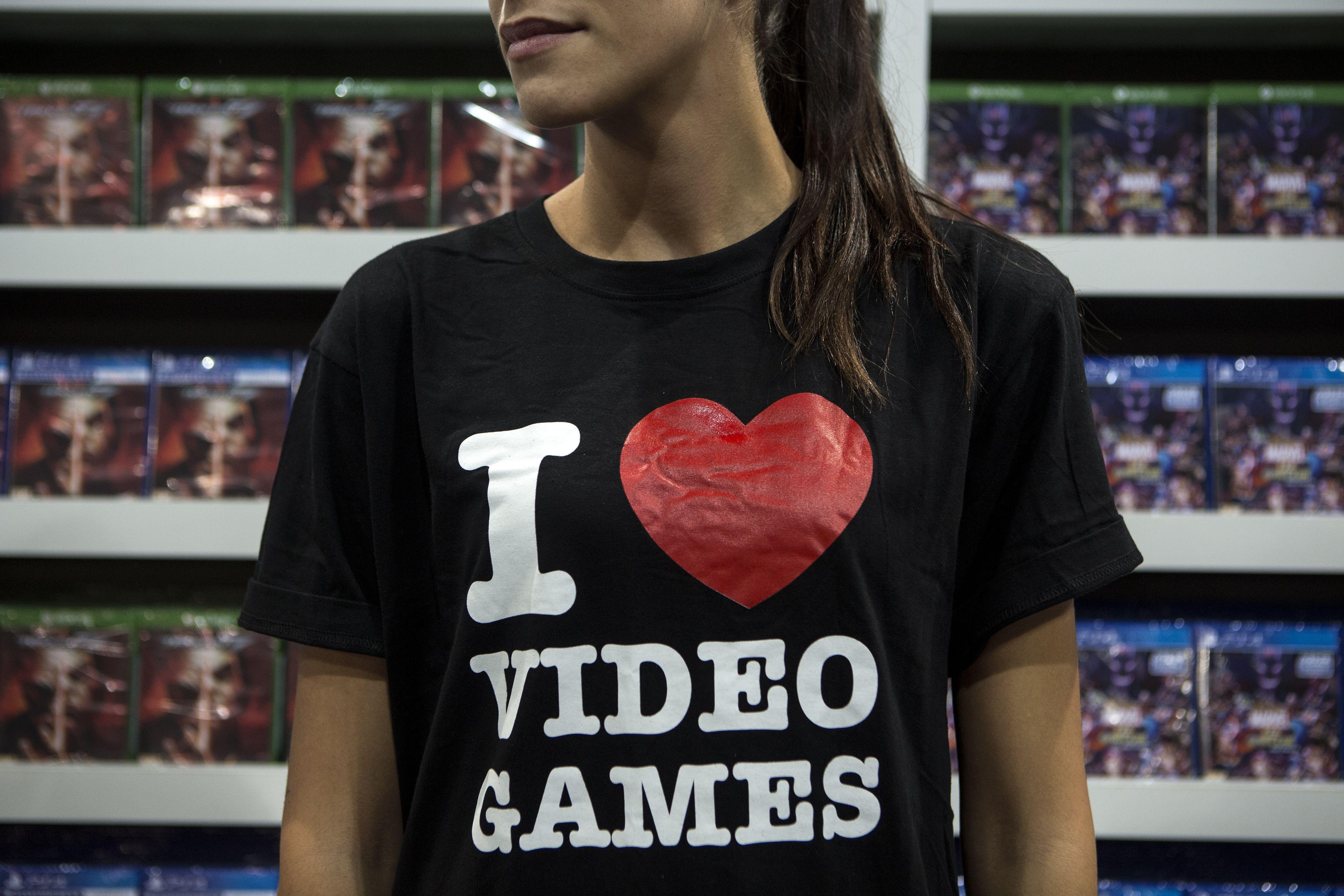 t-shirt reading 'I heart videogames'