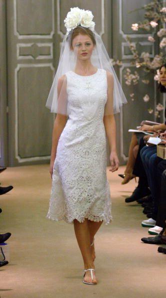 2ebc9a726 Este vestido de novia con silueta tipo corte de té es un romántico diseño  de Carolina Herrera que eleva la formalidad del vestido a otro nivel con  ese bello ...