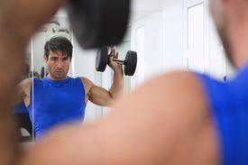 Un hombre levantando pesas en el gimnasio