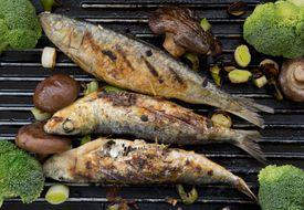 Sardinas a la parrilla con brócoli y hongos shiitake