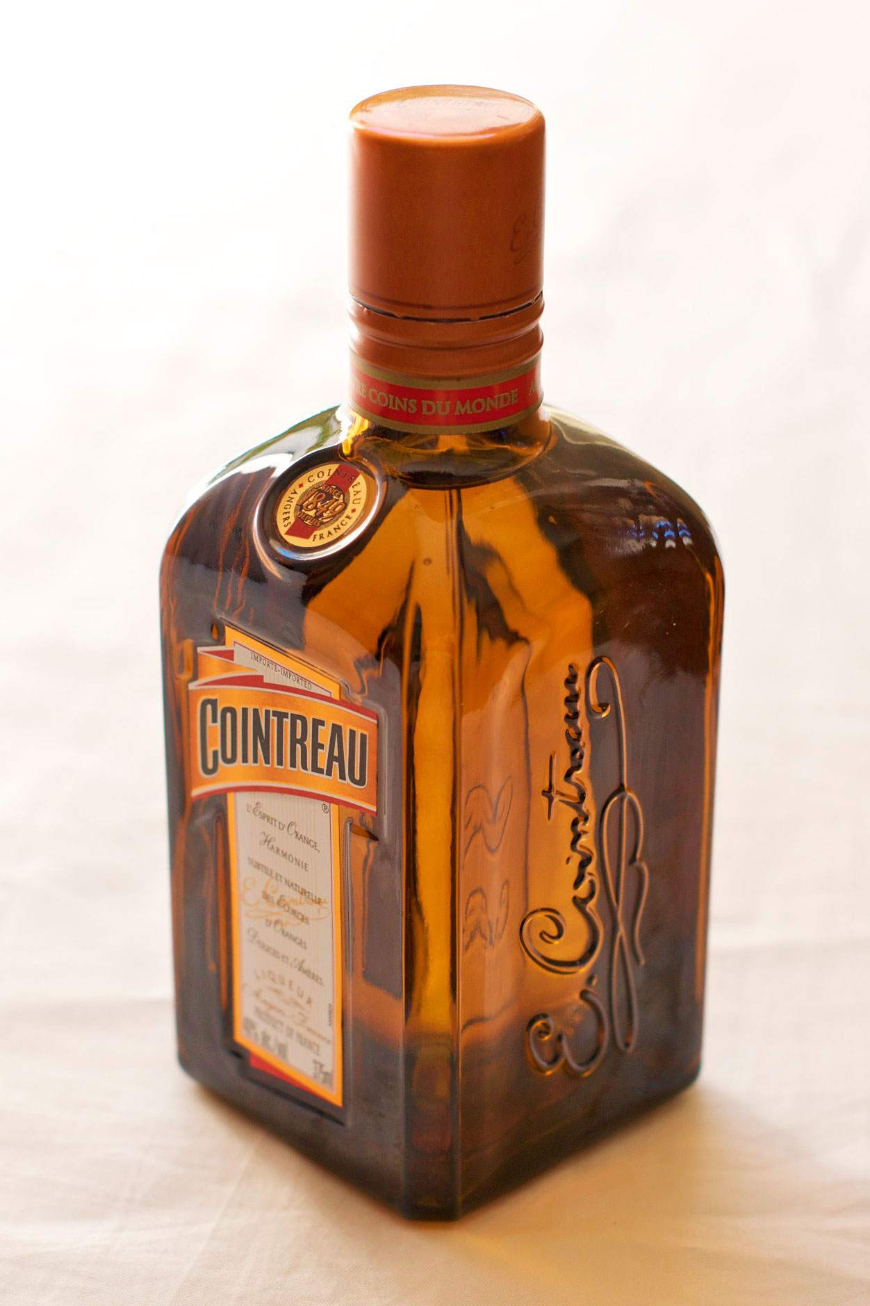 Liqueur_Cointreau_-Imported-_-_45_degrees_c_Ikokujin-at-Wikimedia-Commons.jpg