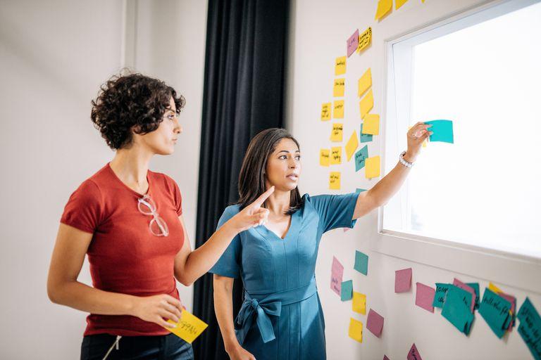 Mujer comunicandose con supervisor