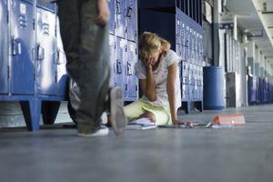 Estudiante sentado en el suelo llorando