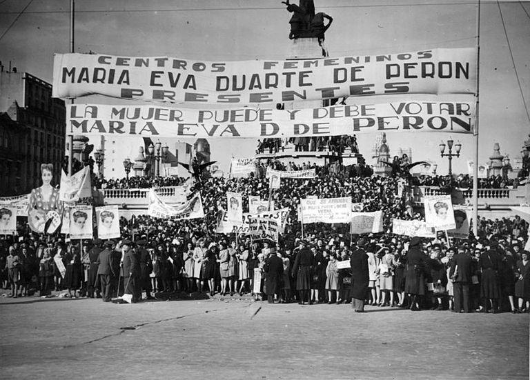 Manifestación frente al Congreso Nacional argentina por el voto femenino en 1948