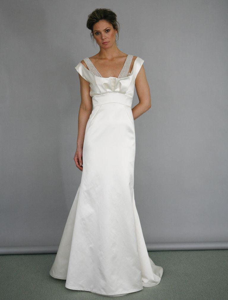 5a56e0b7350 Este bello diseño de vestido de novia con una silueta tipo columna fue  diseñado por Ángel Sánchez y de seguro te hará sentir como una clásica  estrella de ...