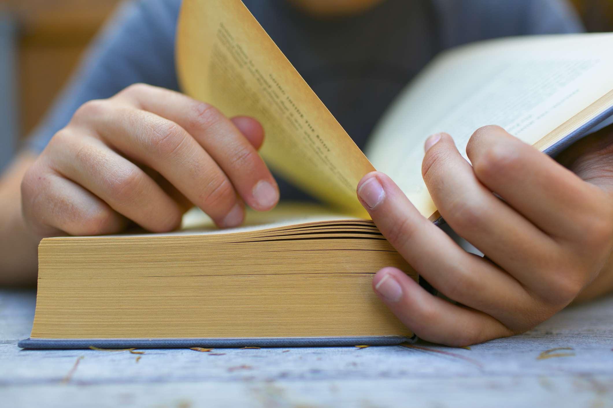 Hombre leyendo un libro