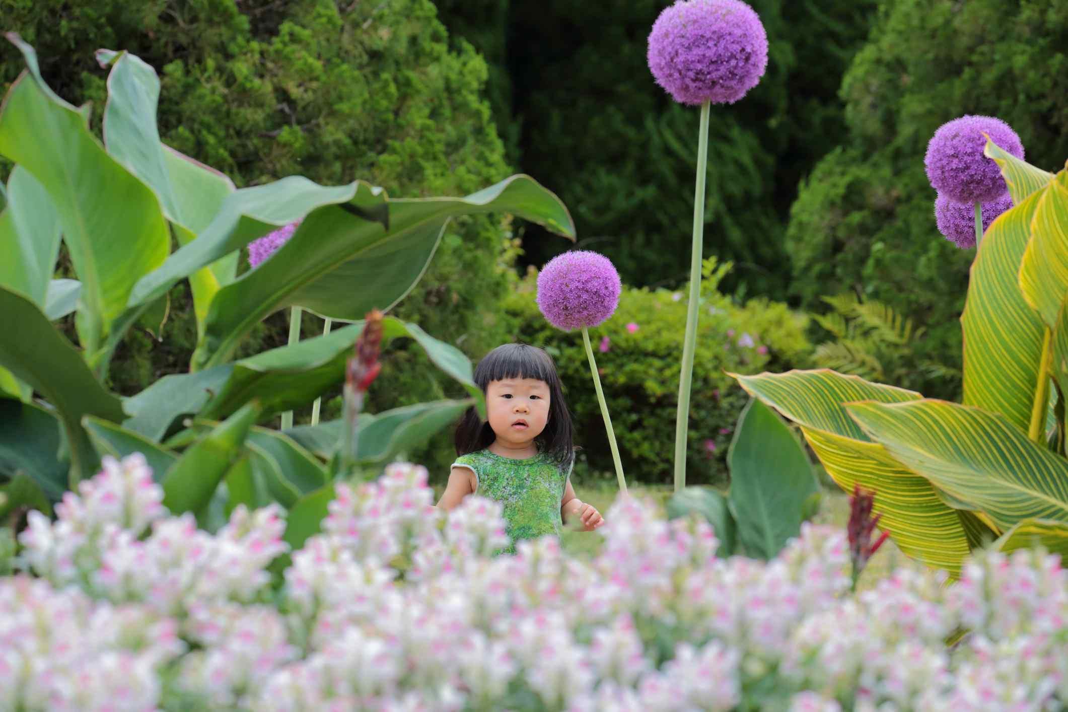 niña en jardin botanico