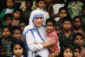 Teresa de Calcuta rodeada de niños