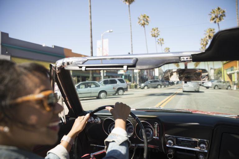 Una mujer conduciendo en California
