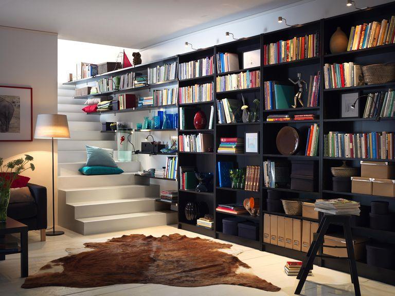 Estantería librería aprovechando una pared, incluyendo las escaleras