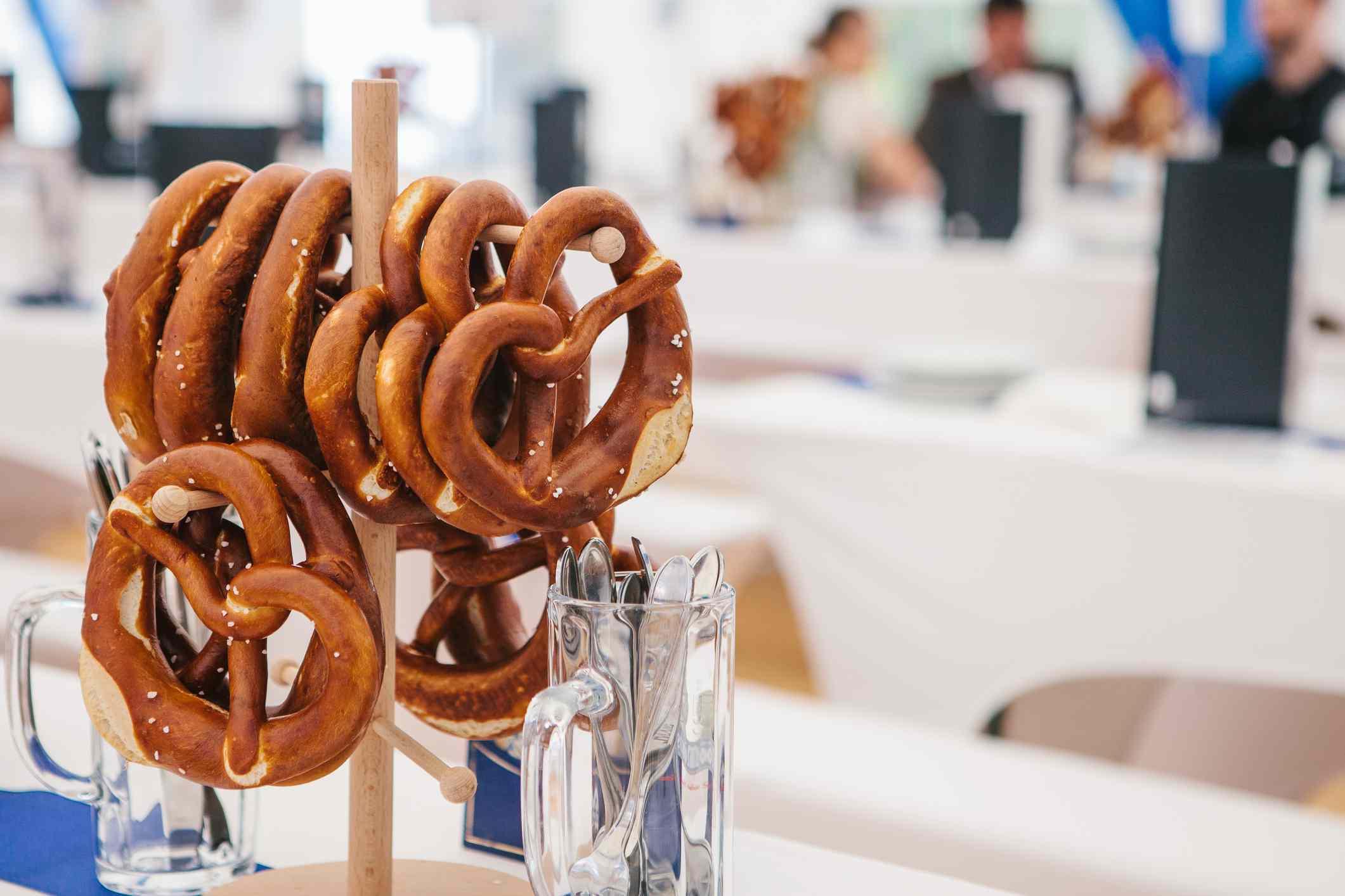 Brezel cuelga de un soporte en una mesa en el Oktoberfest