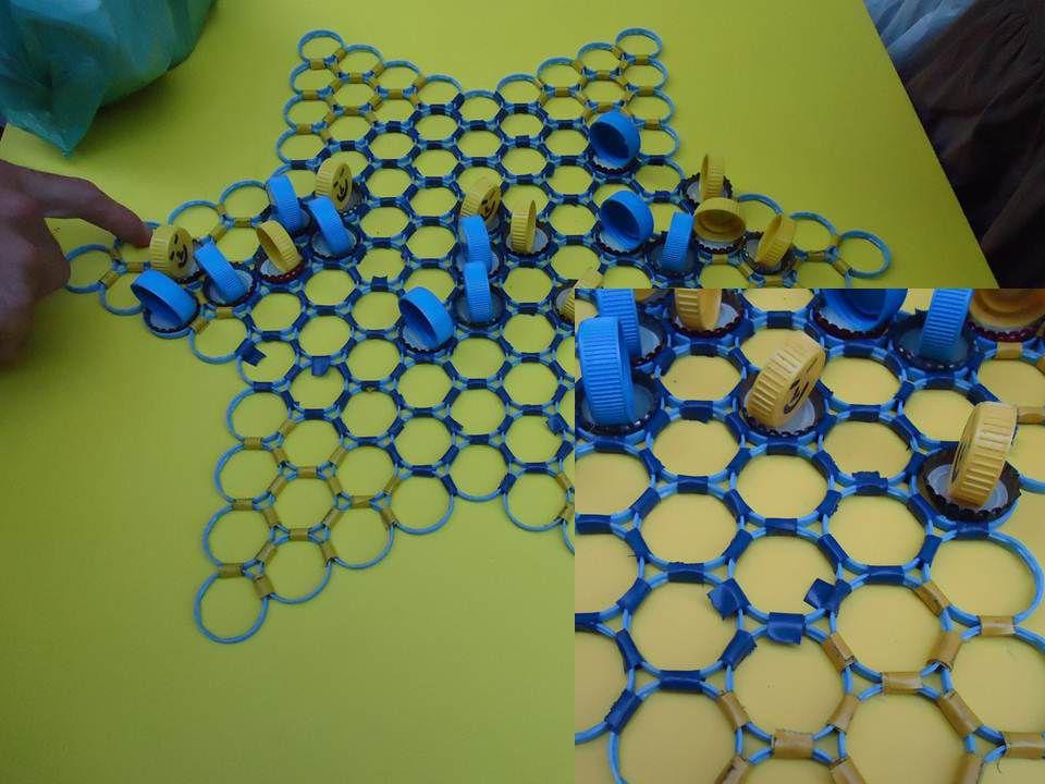 Tablero de damas chinas formado por círculos de plásticos