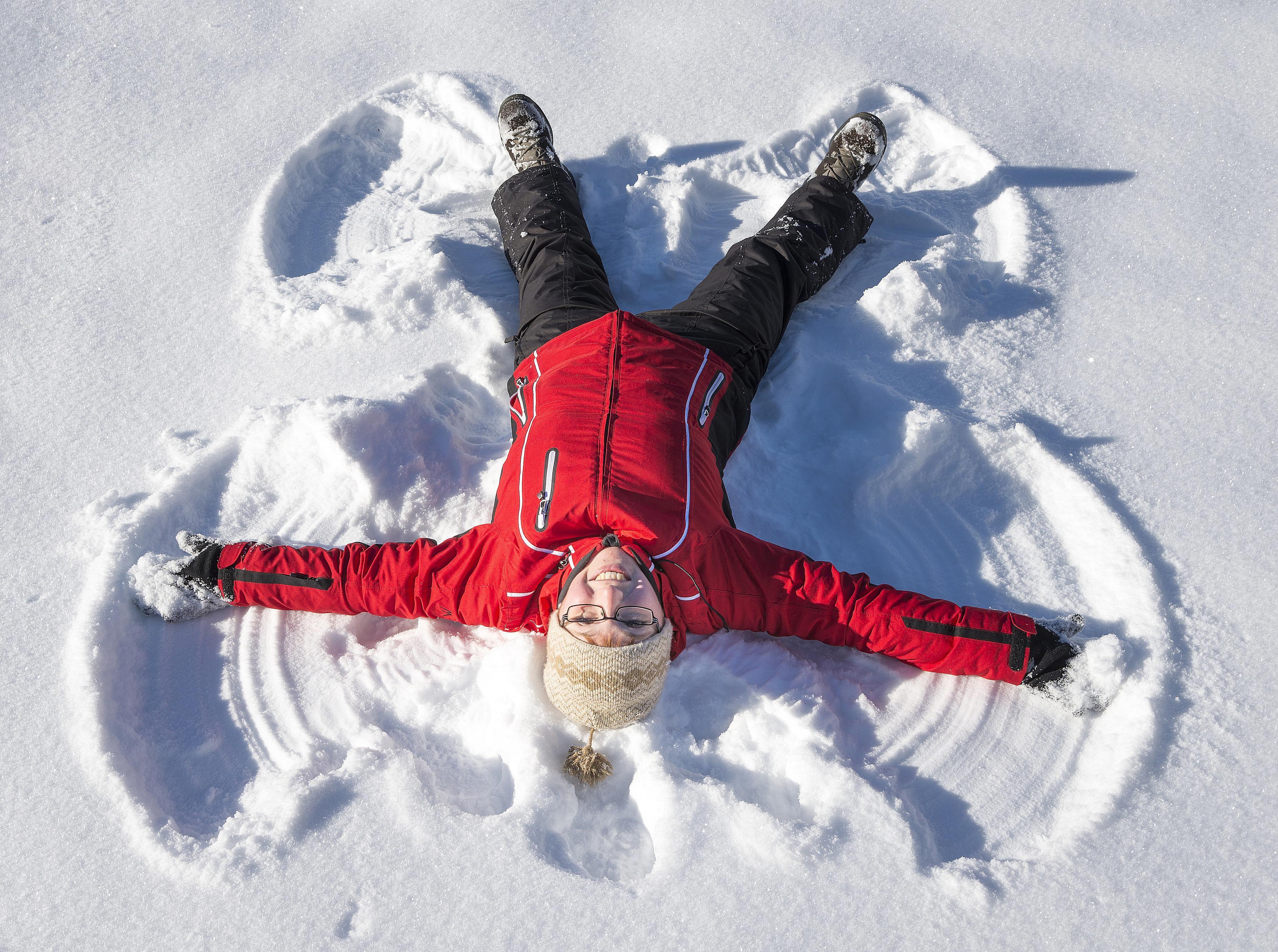 niño haciendo un ángel de nieve