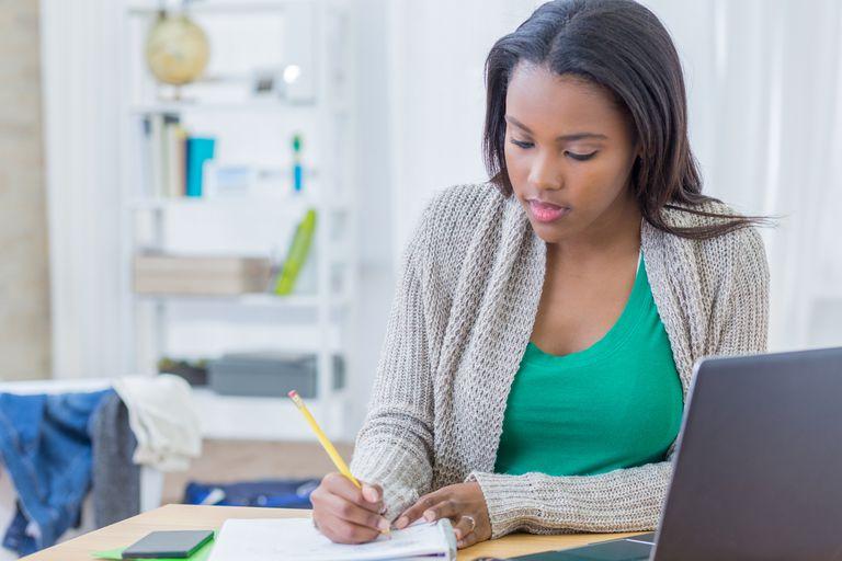 Estudiante trabaja en una tarea