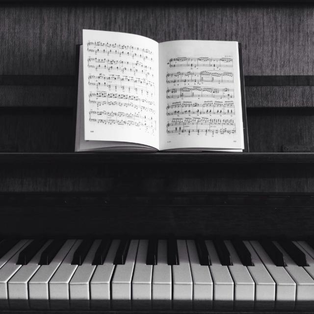 Piano y libro musical