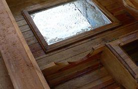 mueble-estropeado-por-el-agua-Photo-credit--rkimpeljr-:-Foter-:-CC-BY-SA.jpg