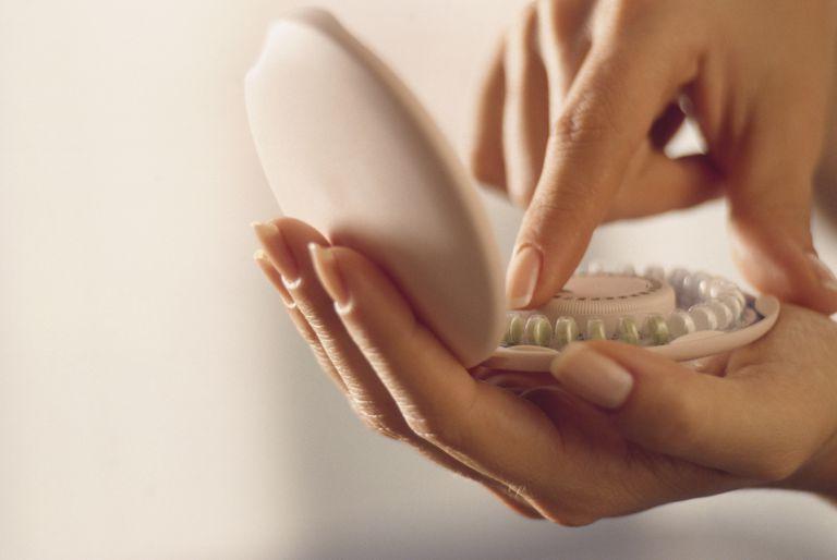 Una mujer cuenta sus píldoras anticonceptivas