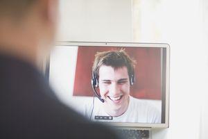 Adolescente con auriculares Bluetooth en video llamada