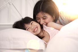 Madre despertando a su hija