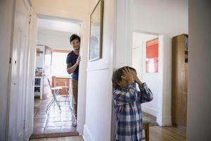 Padre e hijo jugando a la escondida