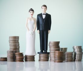 Figuritas de pastel de boda en pilas de monedas