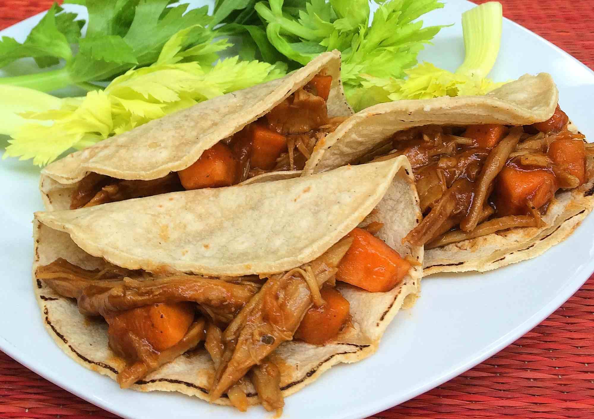 Tacos de carne deshebrada a la barbecue
