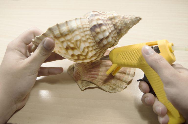 Usando una pistola de silicon para hacer manualidades