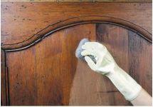 aplicando-cera-a-un mueble-de-madera