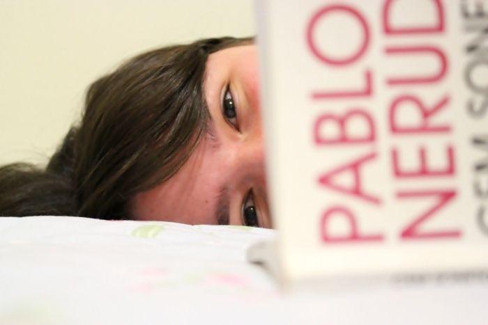 Una joven leyendo pablo neruda
