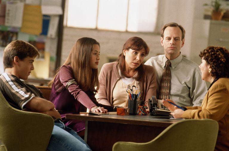 familia de 4 personas sentadas con un terapeuta