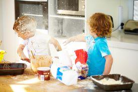 Los niños pequeños están horneando un pastel